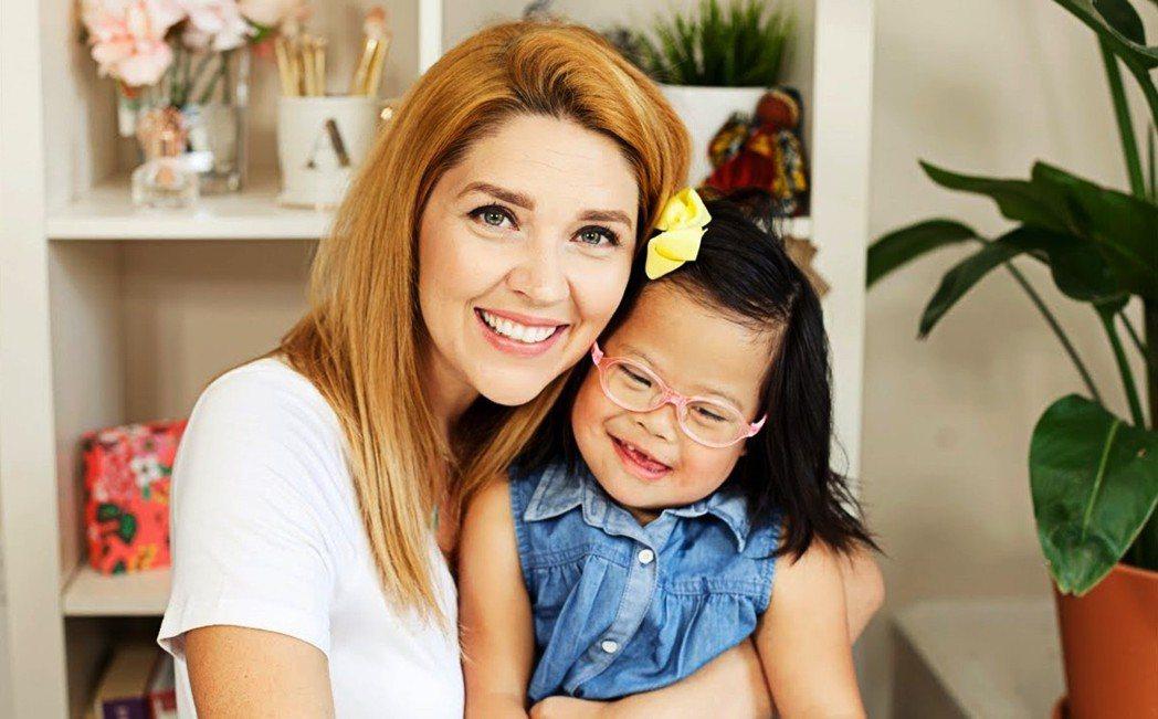 美國小網紅Rosie(右)媽媽在第一次母女相見時說:「無論你在哪裡,愛會讓我找到...