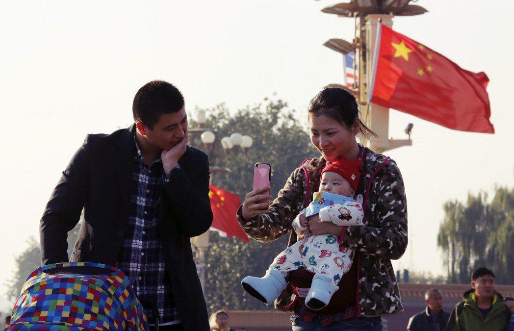 透過國際收養解決中國一胎化造成的遺棄女嬰?歐美流行的論述也遭到學者嚴厲批評。 圖...