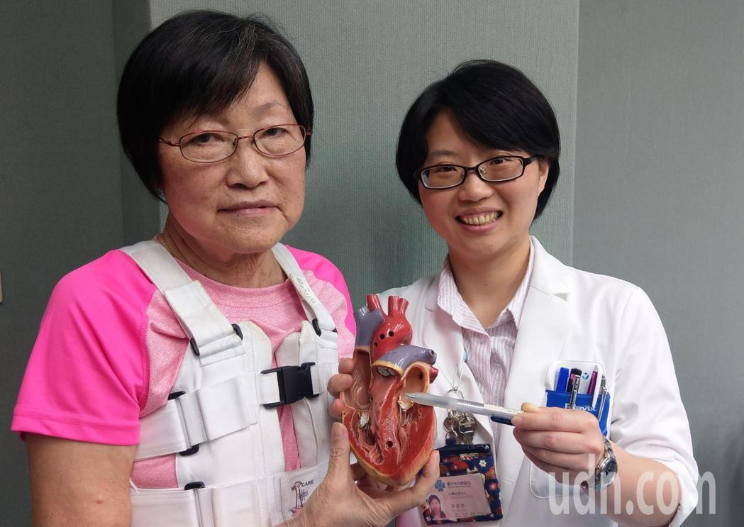 67歲吳姓退休女老師(左)因嚴重心衰竭,經醫師吳詠斯(右)開刀置換主動脈瓣、修補...
