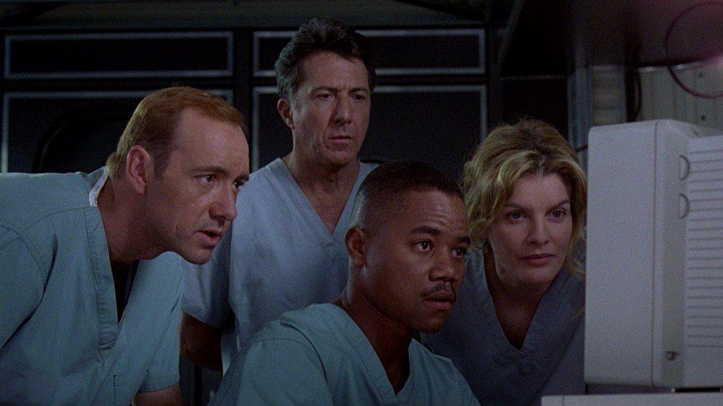 「危機總動員」主角除了蕾妮羅素外,凱文史貝西(左起)、達斯汀霍夫曼、小古巴古汀都...