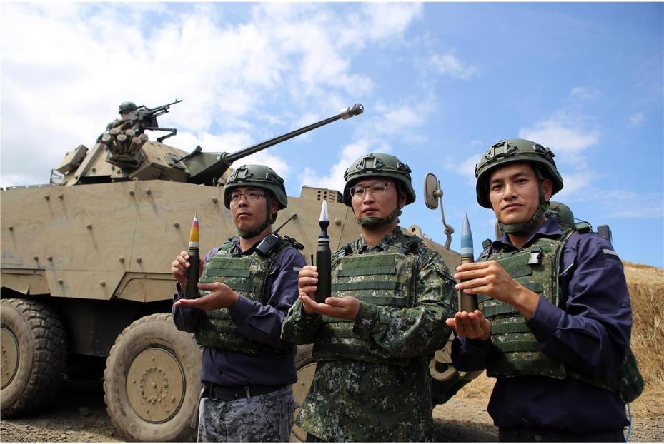 漢光35號演習實兵驗證中,30鏈砲型雲豹甲車也上陣進行實彈射擊。國防部青年日報攝得軍方在操演現場公布甲車未來攜行的三種彈藥,由左到右依序為高爆彈、穿甲彈與訓練彈。圖/國防部青年日報社
