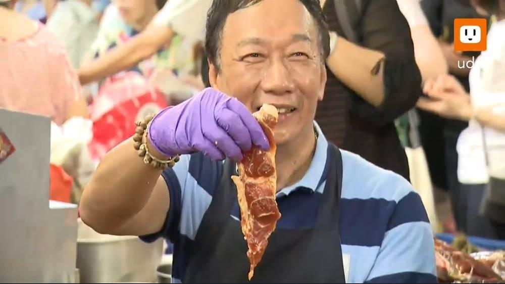 鴻海董事長郭台銘今赴南門市長包肉粽。圖/翻攝UDN影音直播