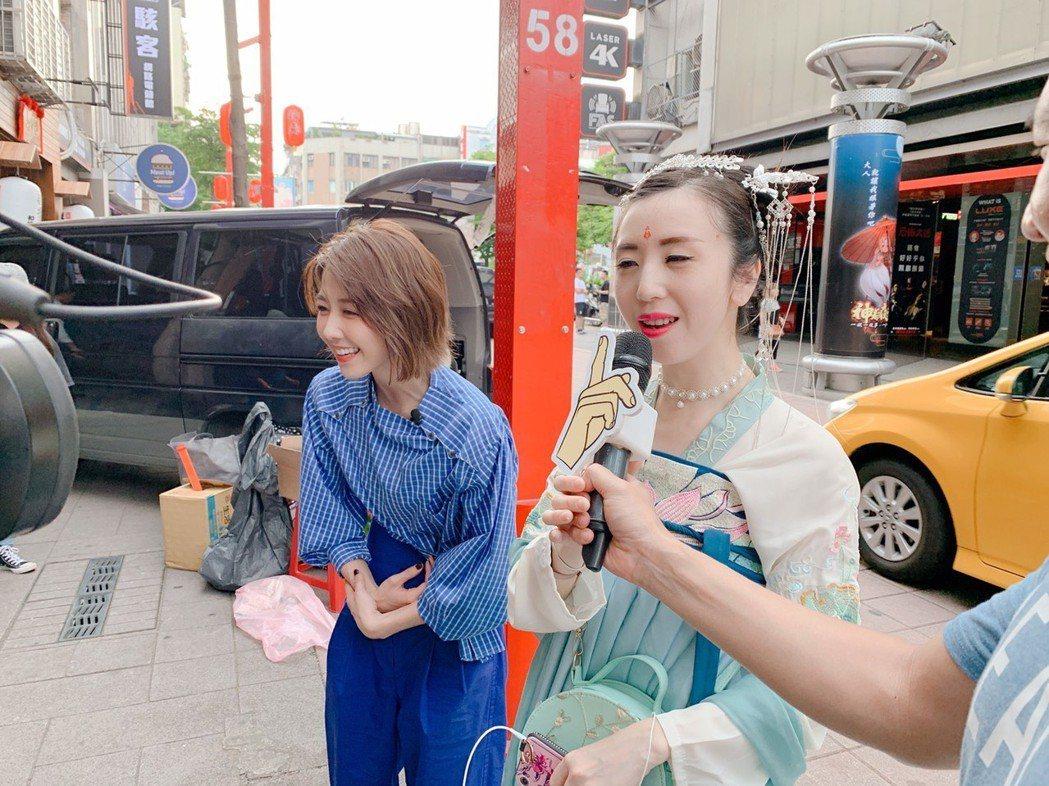 邵雨薇(左)接受「噓!要出任務」挑戰,過程相當賣力。圖/寬宏藝術提供