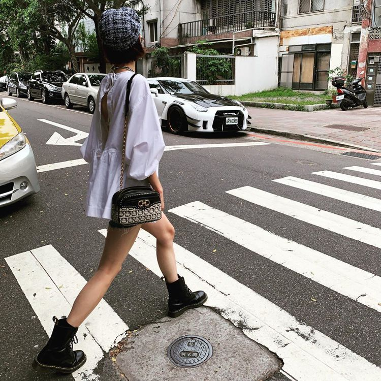 陳庭妮示範Ferragamo Gancini Monogram系列肩背包。圖/摘...