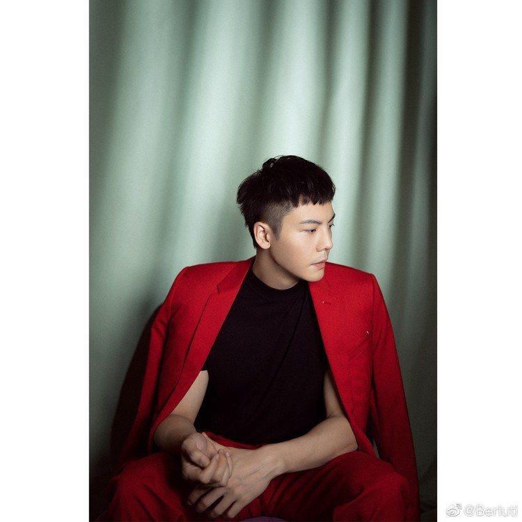 日前在亞洲文化嘉年華擔任表演嘉賓的陳偉霆,以Berluti夏季迷你系列中的紅色西...