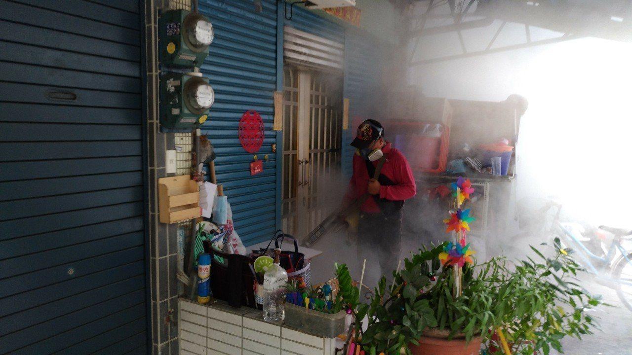 高雄市三民區鼎金里爆發本土登革熱第4型群聚疫情,截至6月1日共發生7例確定病例,...