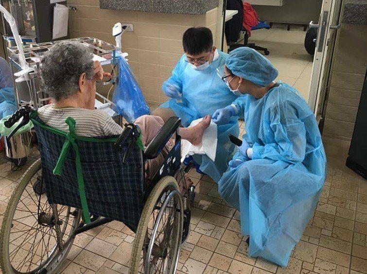 醫師嚴炯誥(右二)仔細替機構長輩修甲。 圖/嚴炯誥提供