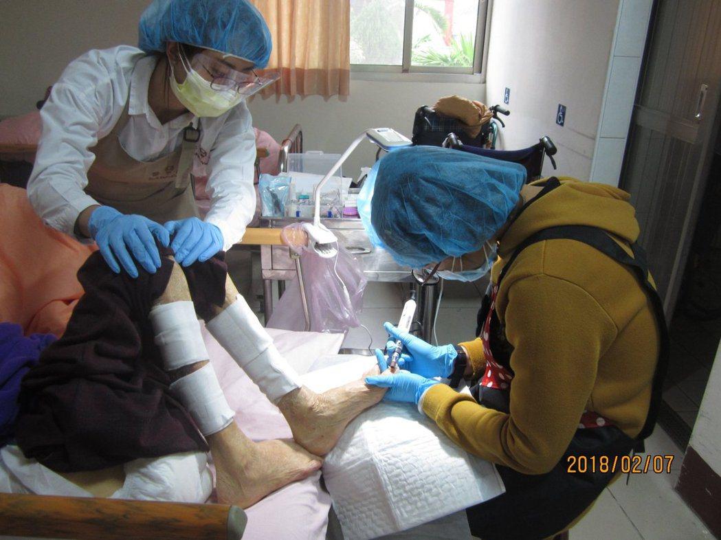 偏鄉機構的長輩們因問題趾甲所受到的困擾常被低估忽視,醫甲館提出今年度計畫「健甲師...