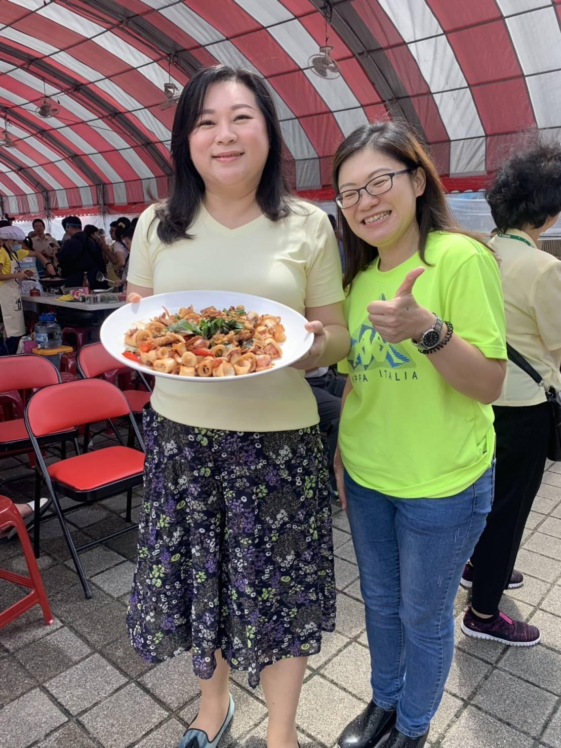 基隆市長夫人吳秋英,秀出她的幸福五彩卷。圖/基隆市政府提供