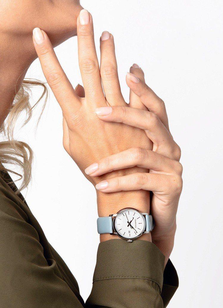 全新的CK established系列腕表,細膩的地方在於表帶皮革因應男、女表款...