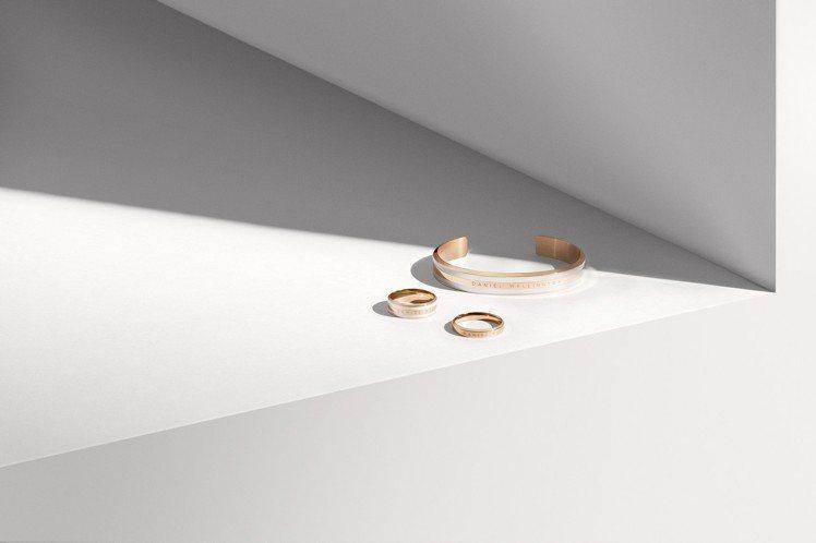 DW全新經典系列香檳金色戒指1,200元、經典系列香檳金色白瓷戒指1,500元,...