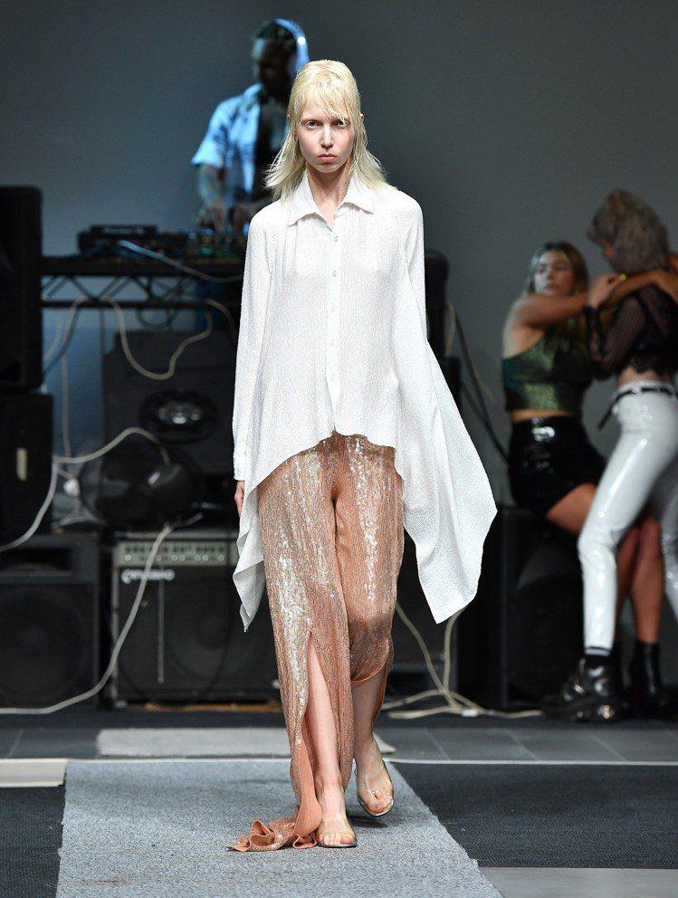 出生於印度德里的Ashish Gupta擅於將經典的服裝款式透過工鑲飾亮片配上鮮...