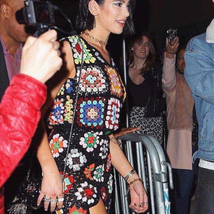杜娃黎波日前穿著Ashish亮片鉤針洋裝。圖/摘自IG
