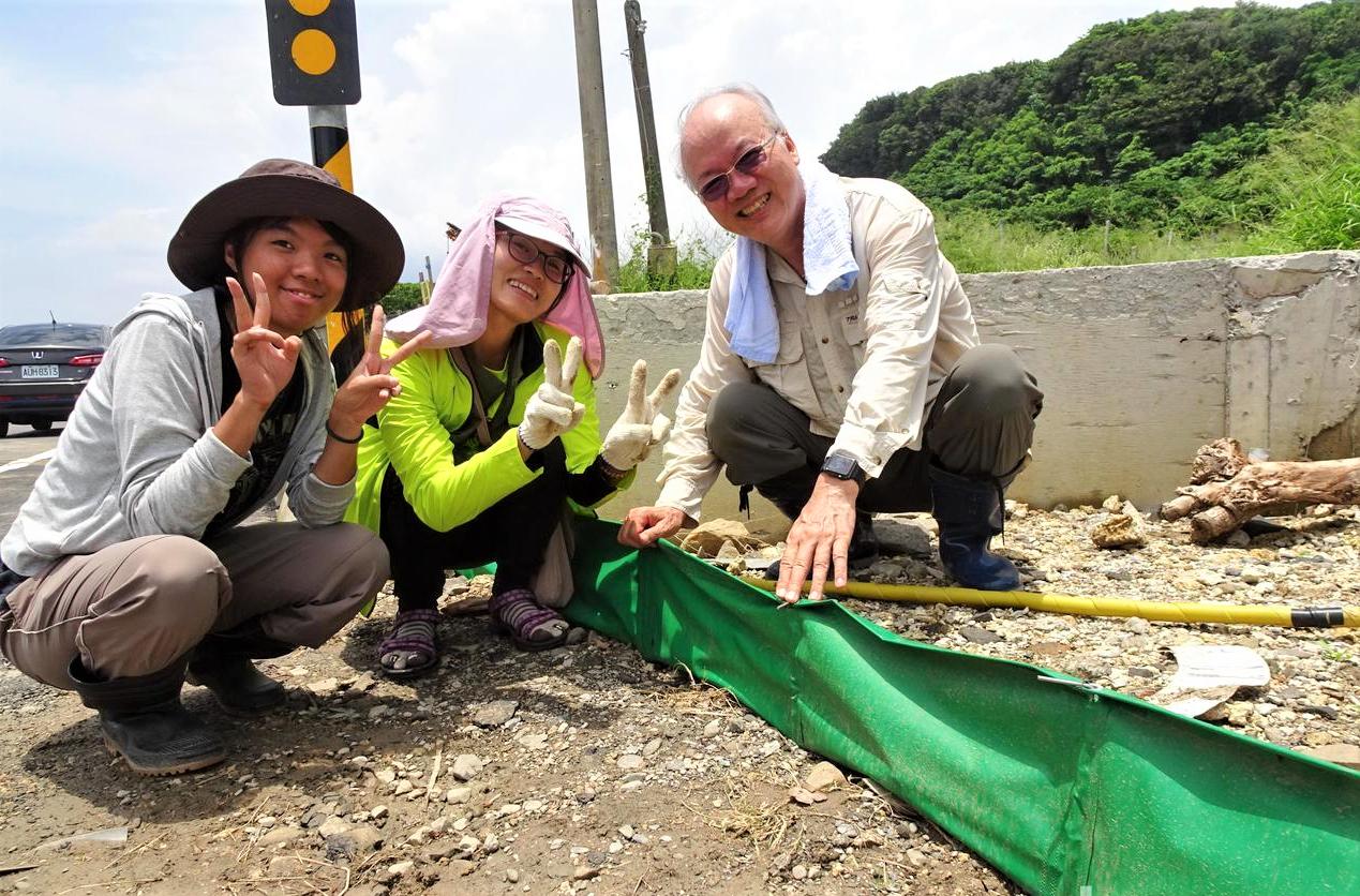 清大教授曾晴賢(右)團隊去年在台26線墾丁香蕉灣路段,實驗以帆布牆「陸蟹長城」加...