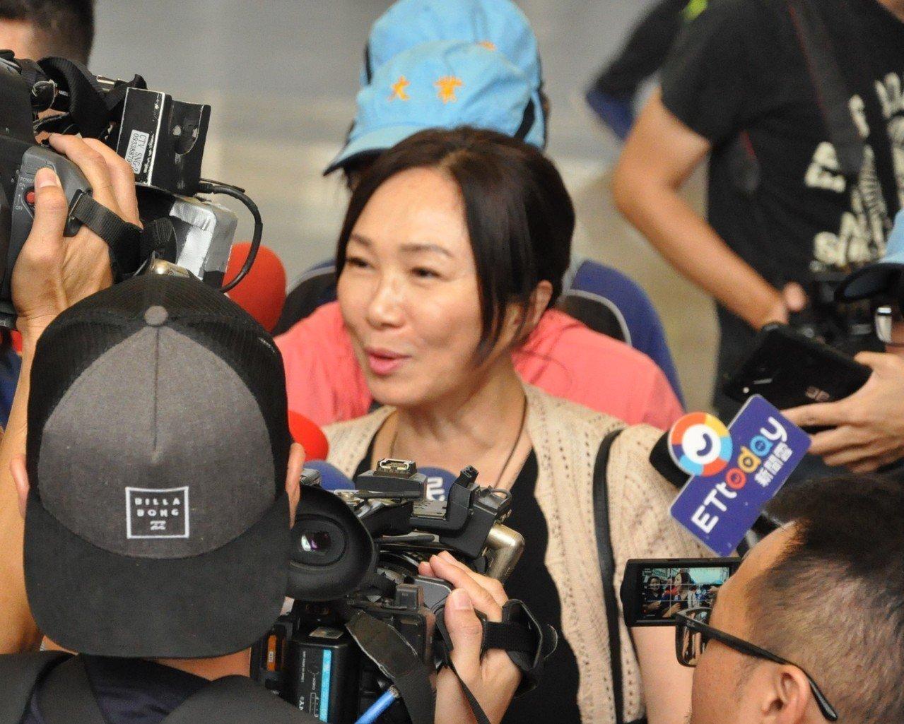 高雄市長夫人李佳芬2日下午現身小港社教館,首度針對韓國瑜婚外情回應「我們沒問題啊...