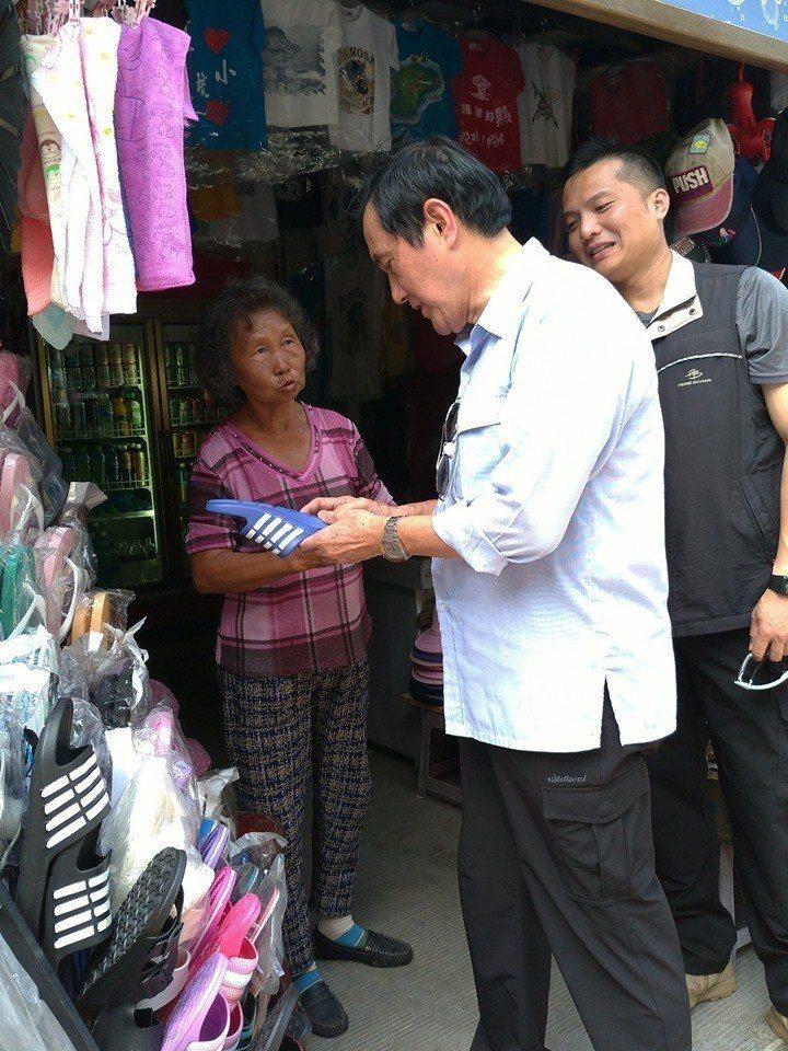 前總統馬英九下高雄時在途中買了一雙拖鞋。圖/翻攝馬英九臉書