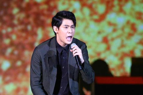 2019 hito流行音樂獎頒獎典禮今天在小巨蛋舉行,李玉璽擔任表演嘉賓演唱《沒那麼脆弱》。