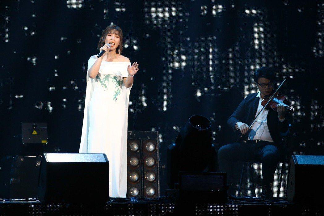 2019 hito流行音樂獎頒獎典禮今天在小巨蛋舉行,李佳薇擔任表演嘉賓演唱《一