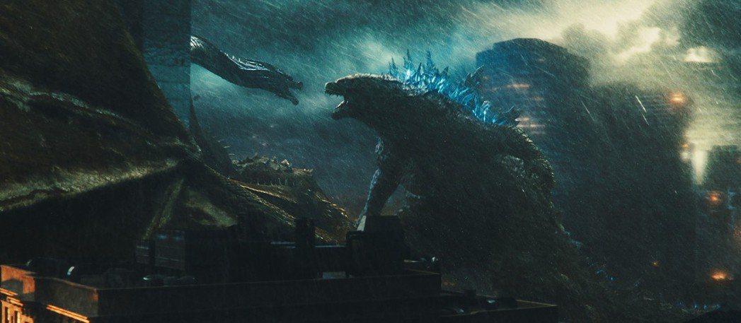 「哥吉拉II怪獸之王」全台票房即將破億,片中有多場氣勢磅礡的怪獸大戰。圖/華納兄...