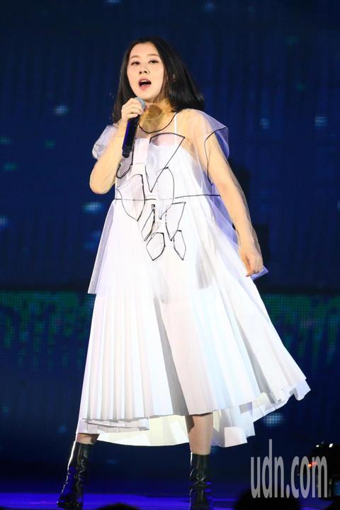 2019 hito流行音樂獎頒獎典禮今天在小巨蛋舉行,白安擔任表演嘉賓演唱《讓我逃離平庸的生活》