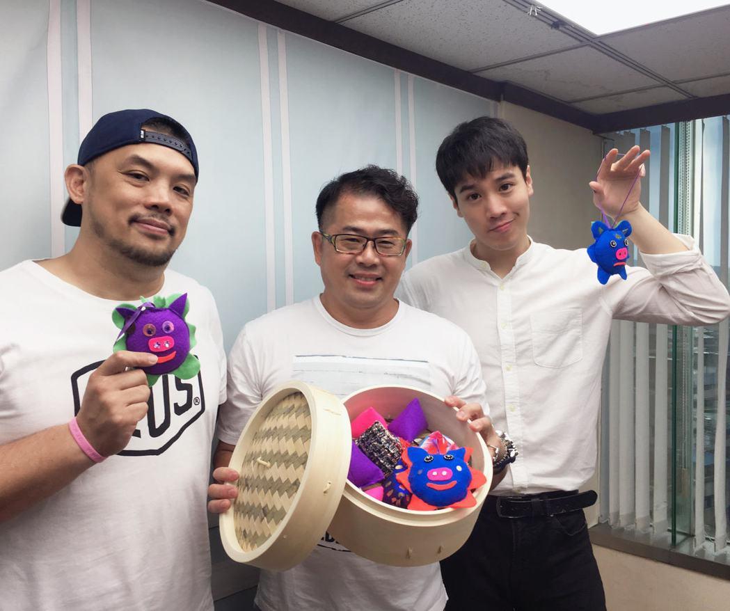 林國基(中)教金寶三(左)、謝毅宏做香包過端午。圖/艾迪昇提供