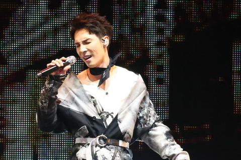 2019 hito流行音樂獎頒獎典禮今天在小巨蛋舉行,陳勢安擔任表演嘉賓演唱《與我無關》。