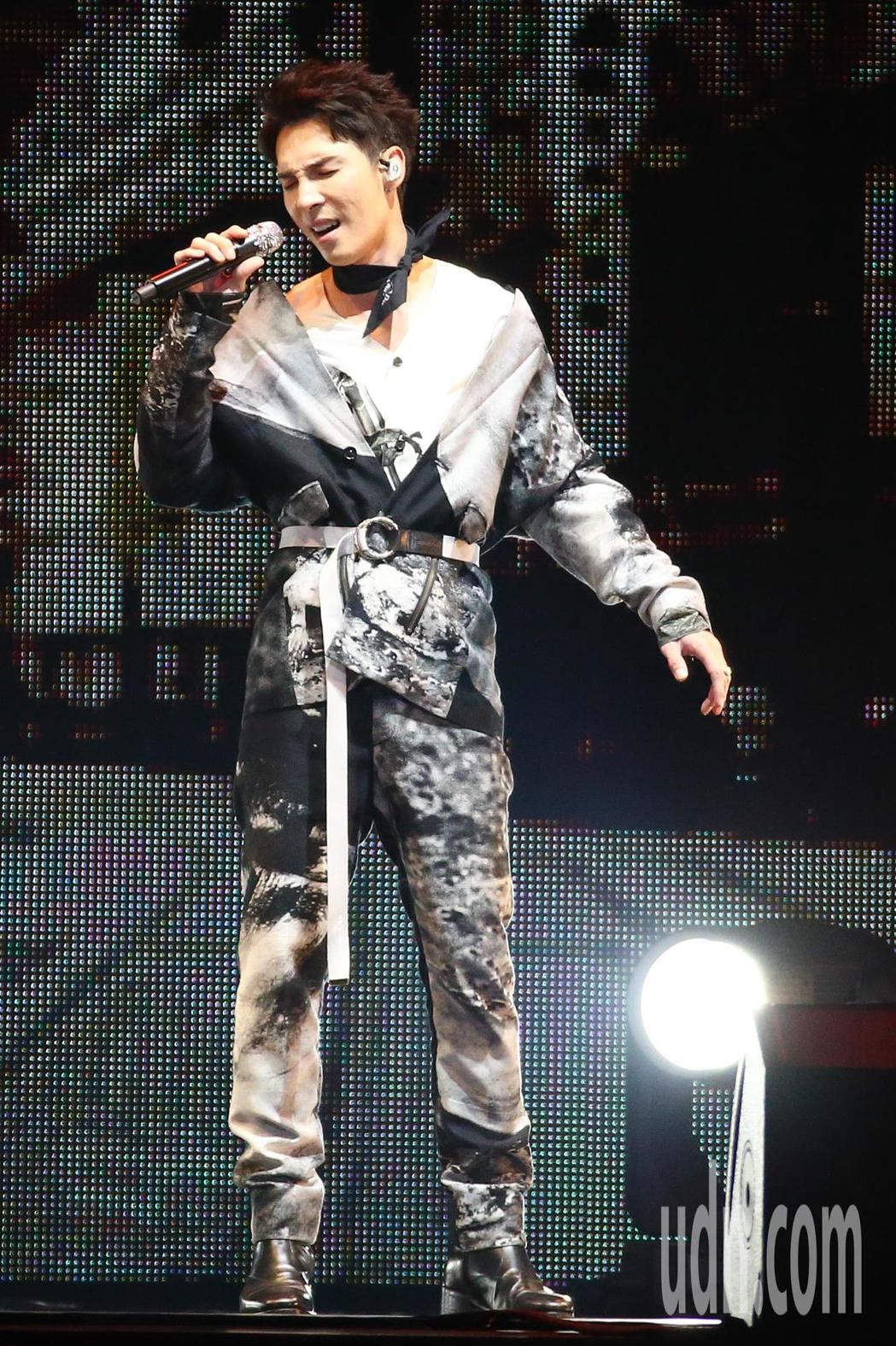 2019 hito流行音樂獎頒獎典禮今天在小巨蛋舉行,陳勢安擔任表演嘉賓演唱《與
