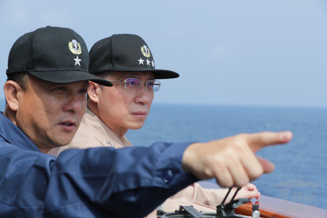 劉志斌上將(右)。圖/軍聞社