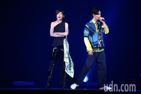 2019 hito流行音樂獎頒獎典禮今天在小巨蛋舉行,李千那與李英宏合體演唱《愛得太超過》。