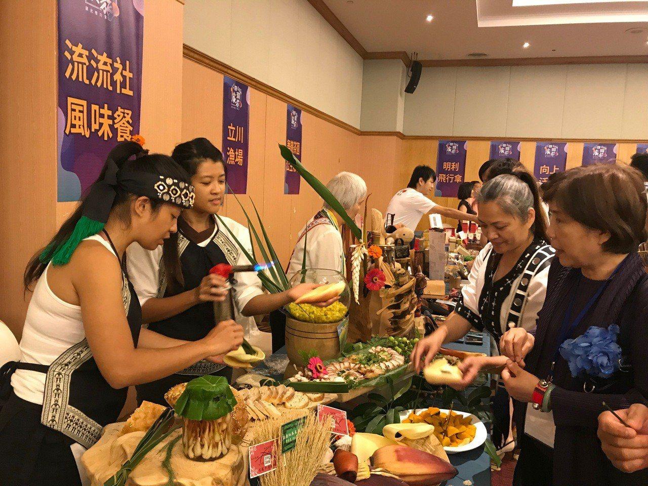 有業者準備簡單原民風味餐請民眾試吃。記者王思慧/攝影