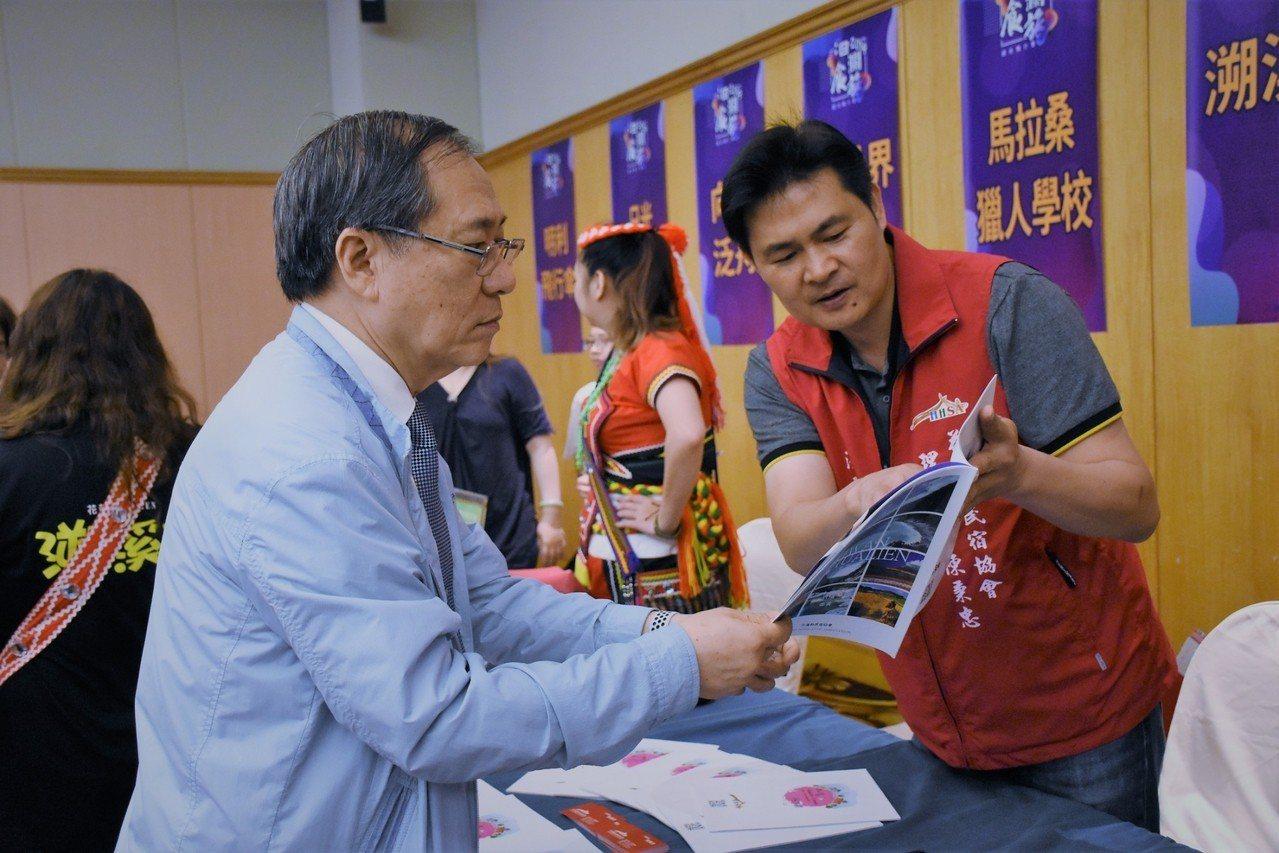 花蓮民宿協會理事長陳秉忠(右)向業者介紹花蓮民宿特色。圖/花蓮市公所提供