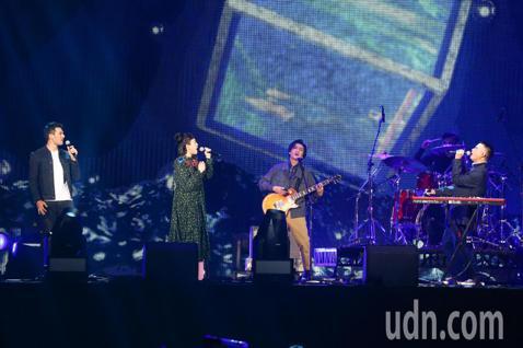 2019 hito流行音樂獎頒獎典禮今天在小巨蛋舉行,茄子蛋、魏如萱、鳳小岳合體演唱《你啊你啊》、《流浪連》。