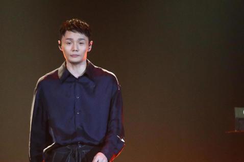 2019 hito流行音樂獎頒獎典禮今天在小巨蛋舉行,李榮浩擔任表演嘉賓演唱《耳朵》、《喜劇之王》、《年少有為》。