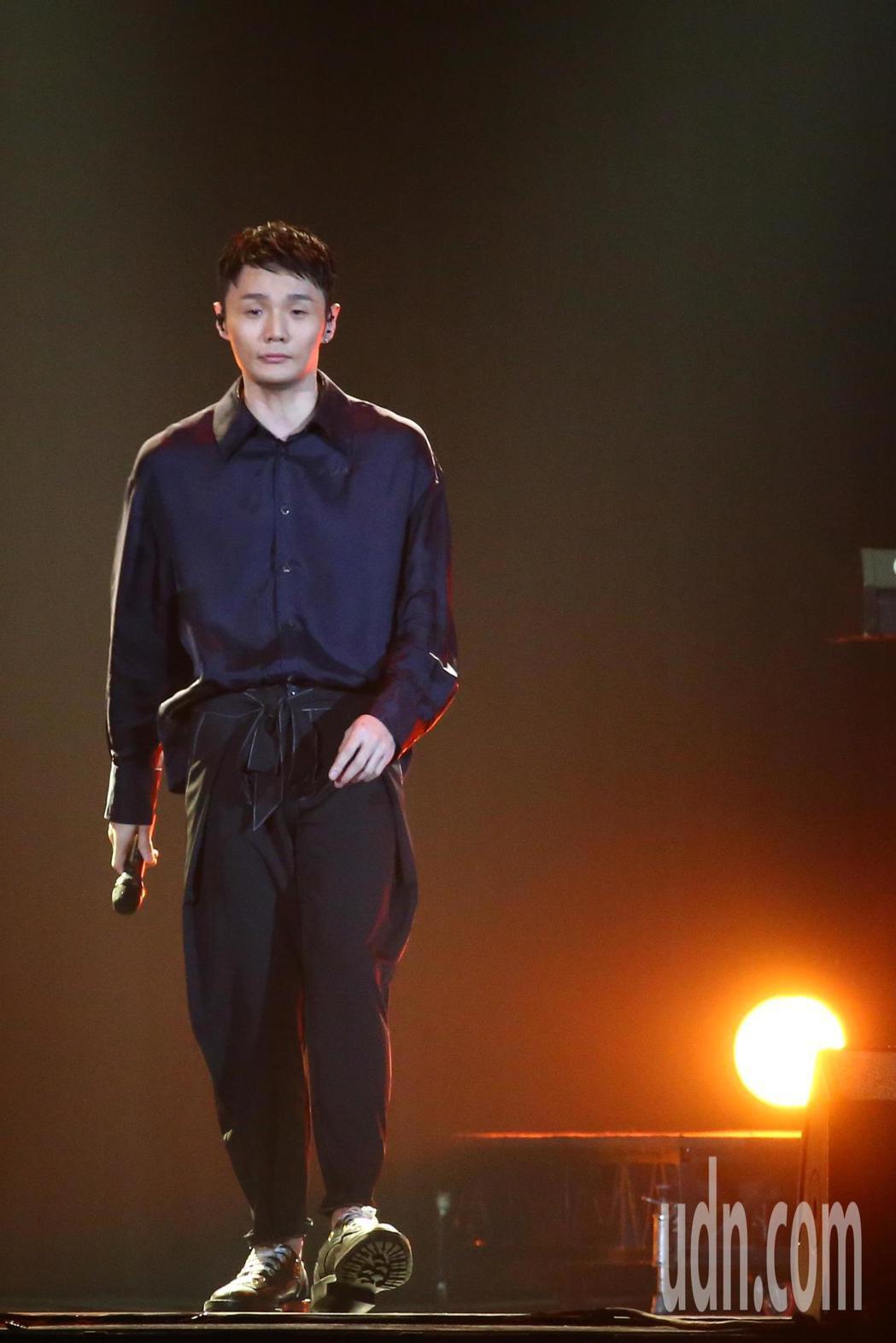 2019 hito流行音樂獎頒獎典禮今天在小巨蛋舉行,李榮浩擔任表演嘉賓演唱《耳