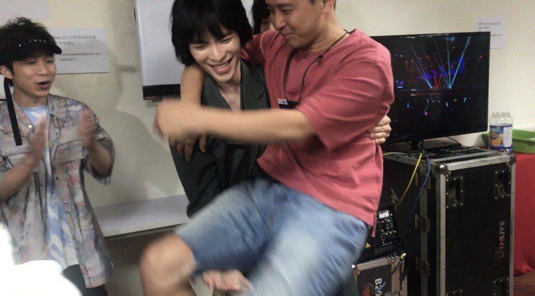 蕭敬騰抱男記者做深蹲。記者梅衍儂/攝影