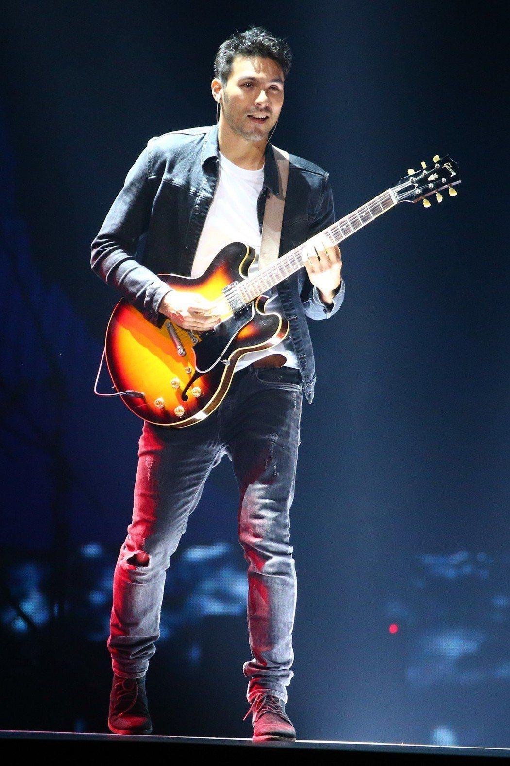 鳳小岳彈奏電吉他的模樣相當帥氣。記者林伯東/攝影