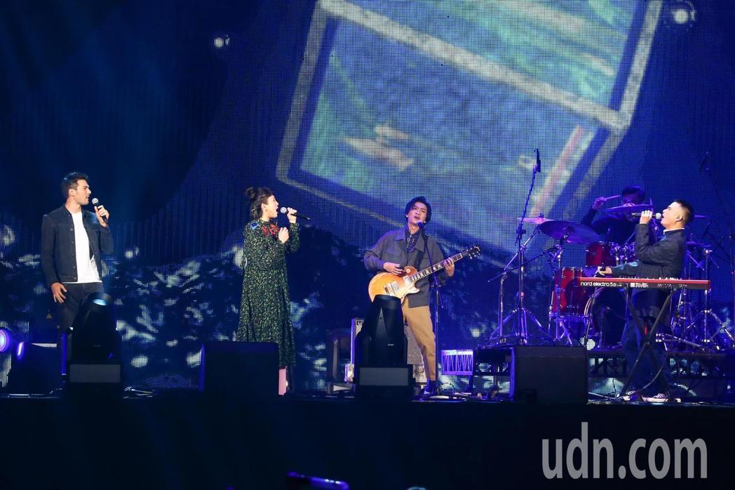 茄子蛋和魏如萱(左二)、鳳小岳(左一)合體演出。記者林伯東/攝影