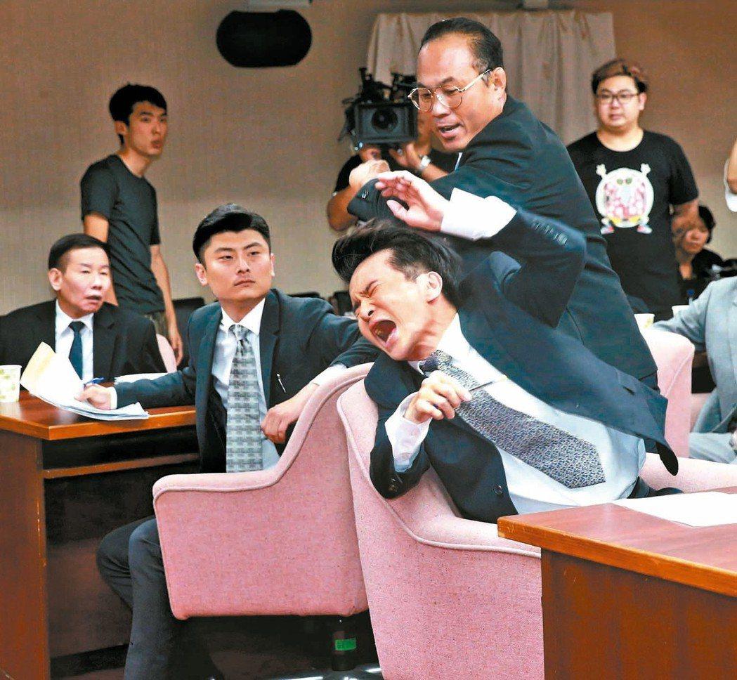 演員唐從聖(前,飾演陳木寛)等人重現1990年代立法院審查刑法100條的質詢衝突...