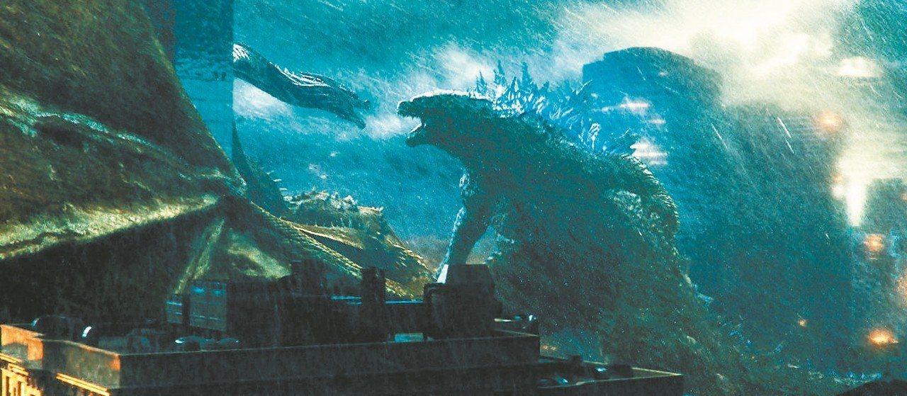 「哥吉拉II怪獸之王」,片中有多場氣勢磅礡的怪獸大戰。 圖/華納兄弟提供