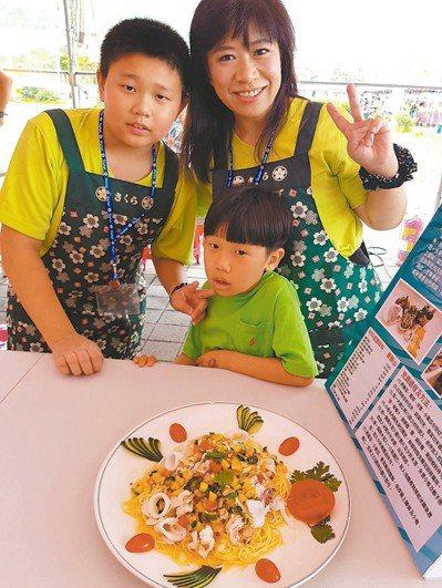 基隆市政府舉小卷料理比賽,親子組冠軍由建德國小「夏日百香蔬果海鮮冷麵」奪得。 圖...