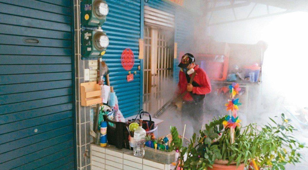 高市三民區鼎金里爆發本土登革熱第4型群聚疫情,衛生單位第一時間已安排病患住院隔離...