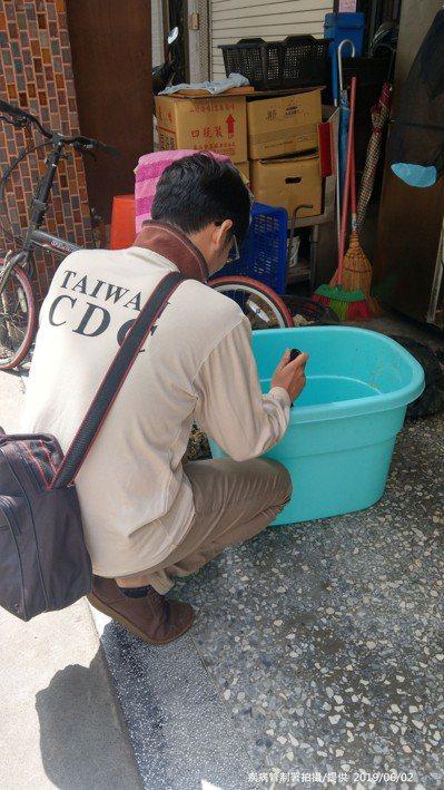 防疫人員於高雄市三民區鼎金里查核社區病媒蚊孳生源。 圖/疾管署提供