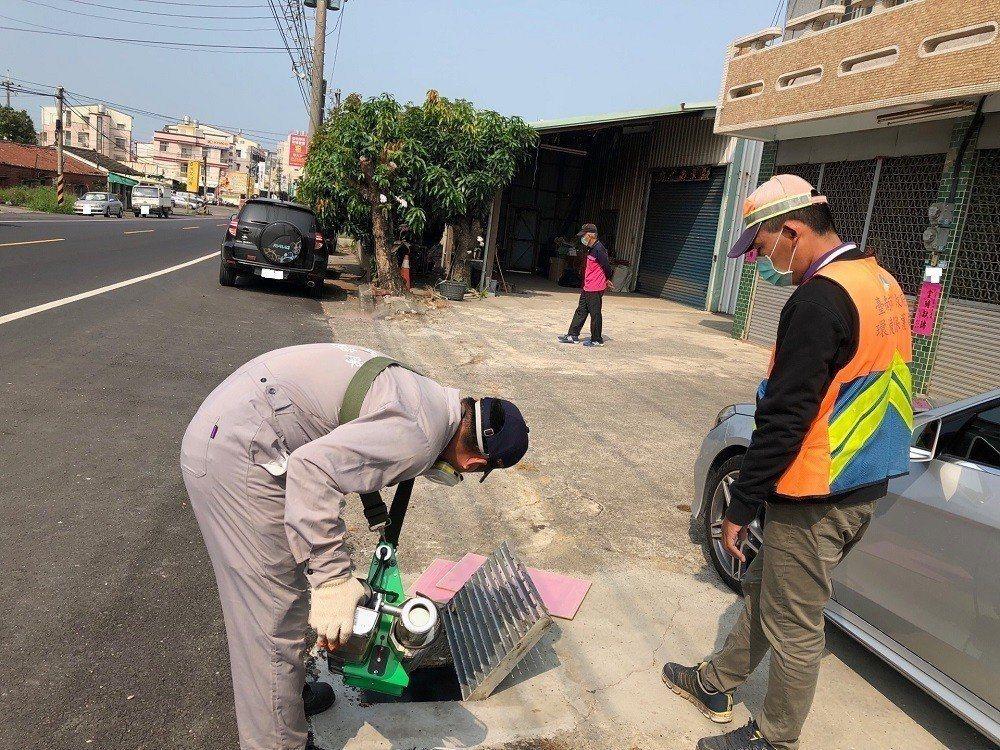 每到夏天,南台灣都要上演登革熱大戰,村里加強消毒。 圖/台南市衛生局提供
