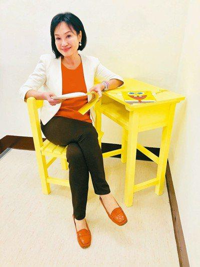 立委柯志恩將逆風少年阿明送她的海綿寶寶桌子,放在辦公室樓梯口,紀念彼此情誼。 記...