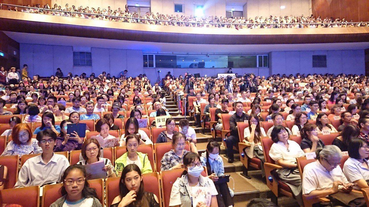 白先勇製作的校園傳承版「牡丹亭」昨在高雄小港社教館演出,現場1千個座位爆滿,座無...