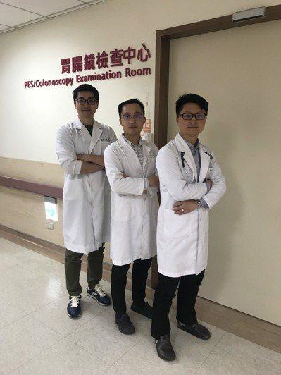 金門醫院肝膽腸胃科主治醫師陳英傑(右)與醫院的醫療團隊,目前也將「胃造口」灌食的...