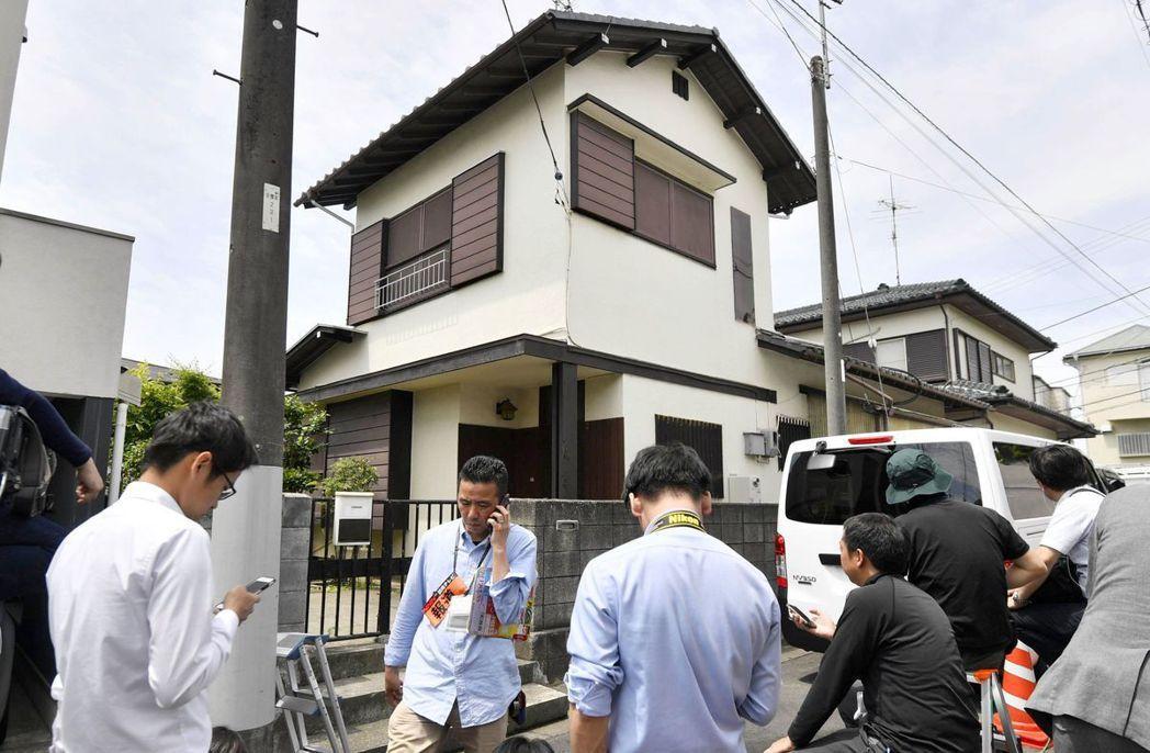 警方上月29日搜索隨機砍人嫌犯岩崎隆一住處時,媒體在外守候。(美聯社)