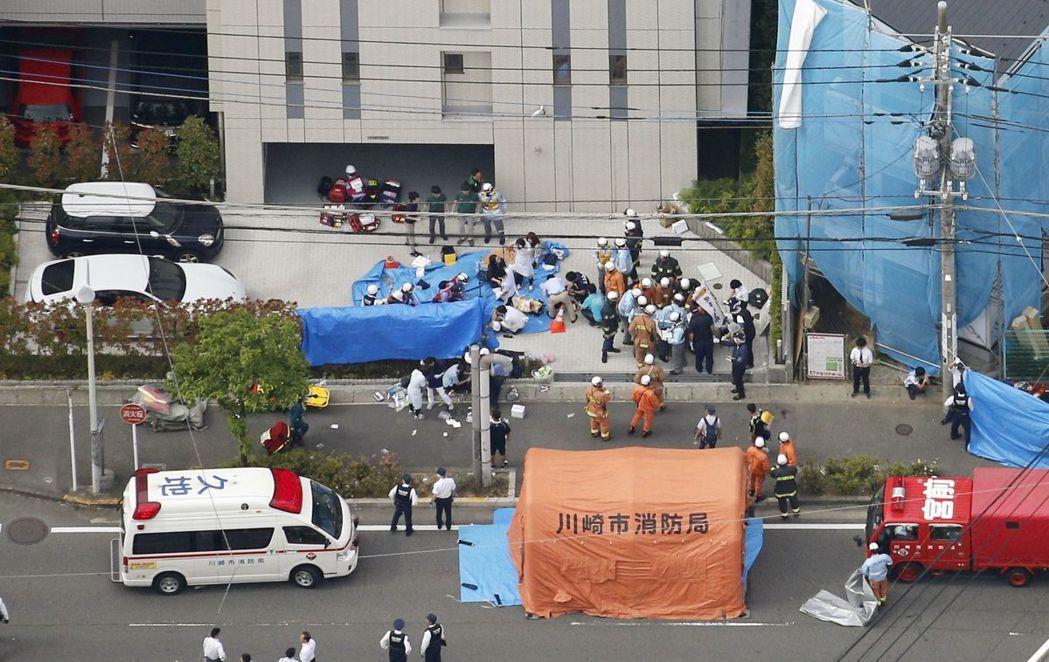 日本神奈川縣川崎市街頭上月28日發生隨機砍人案,警方和醫護人員在現場處理。(美聯...