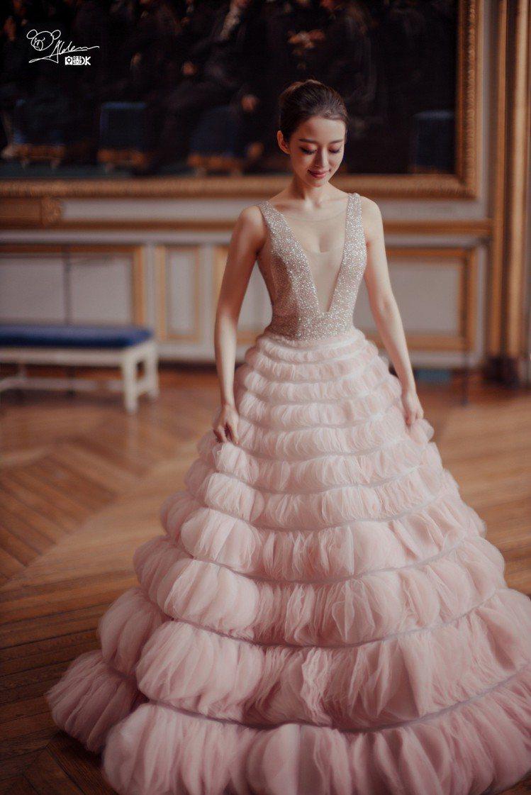 吉娜愛麗絲婚禮中穿的中一件粉紅色泡泡蓬裙出自台灣婚紗晚宴服品牌Nicole+Fe...