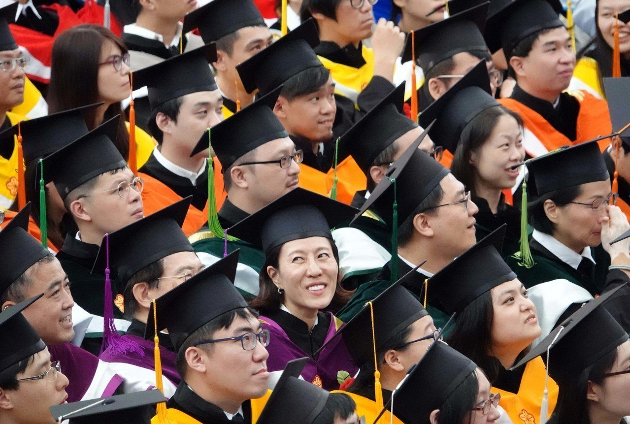 台大舉行107學年度畢業典禮,畢業生坐在台下專心聽講。今年共有學士班畢業生491...